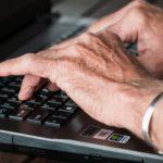 高齢者パソコン使えないでは時代遅れ。壊れた時の対処法を解説